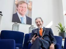 De koning heeft een baard: Rhenen laat een nieuw portret maken voor in de raadszaal