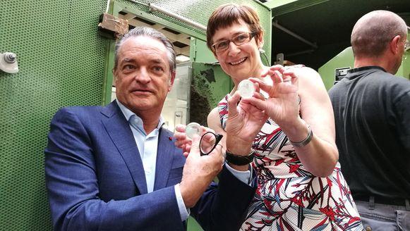 Burgemeester Johan Van Tittelboom en muntmeester Ingrid van Herzele tonen trots de eerste herdenkingsmunten.