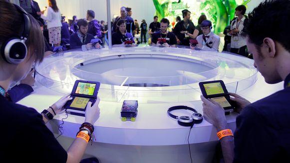 Gamers spelen op de E3 2013 met een Nintendo 3DS. (Archieffoto)