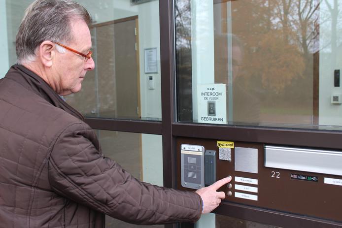 Bij de deur blijkt, na enkele minuten wachten, dat voor de afstandsbediening twee mobiele telefoons nodig zijn.