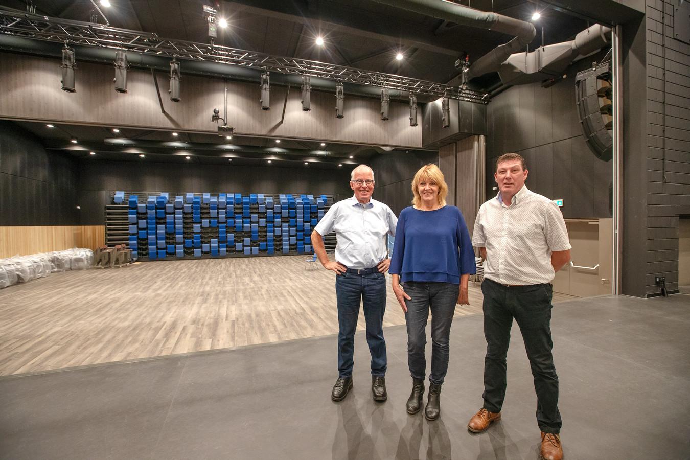 De nieuwe cultuurzaal in De Borgh in Budel. Van links naar rechts de bestuursleden: Ton van de Laar, Inge Rensen en Geert Thielen.