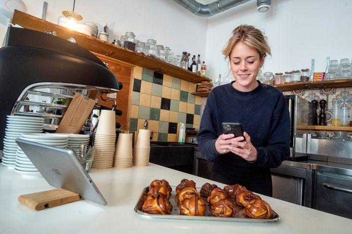 Karlijn Beekmans van Hotel Bar Karel in Arnhem fotografeert gerechten en hapjes die ze via internet te koop aanbiedt.