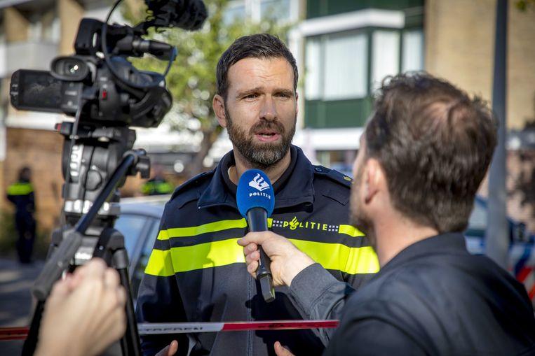 Een woordvoerder van de politie in gesprek met de pers. Beeld EPA
