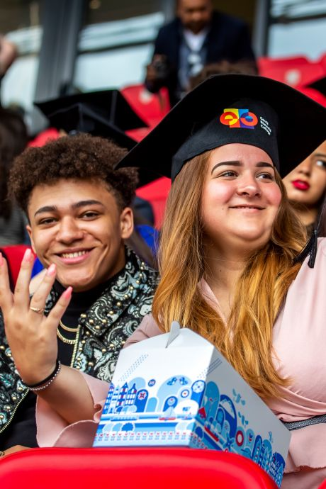 Geslaagd in stadion Galgenwaard: Utrechtse leerlingen ontvangen hun diploma op wel heel bijzondere wijze