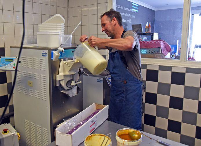 John van Esch bereidt een verse lading ijs.