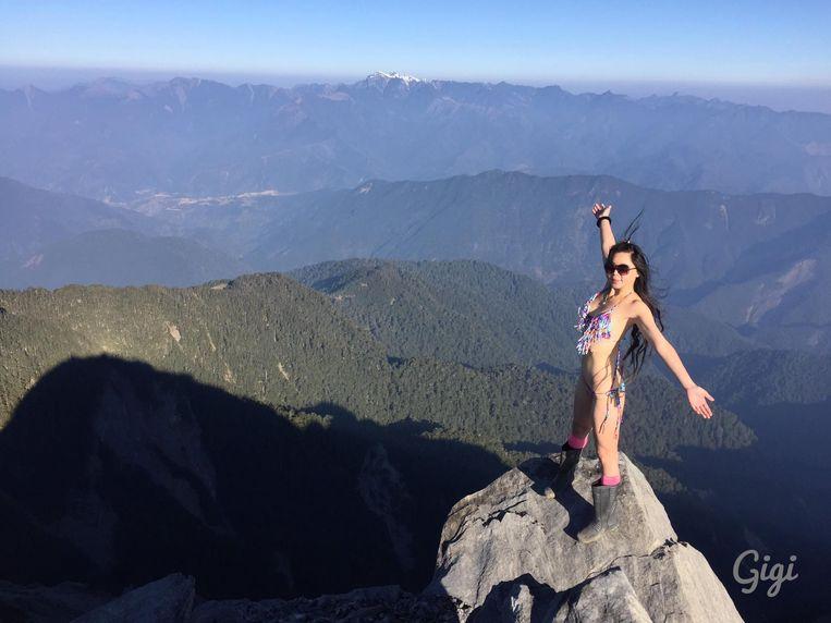 Gigi Wu trok aan het einde van een bergtocht snel een bikini of een fleurige zomerrok aan om bovenop een rots prachtige selfies te maken. Maar begin dit jaar liep het fout. In het Yushan National Park donderde ze in een 30 meter diep ravijn.