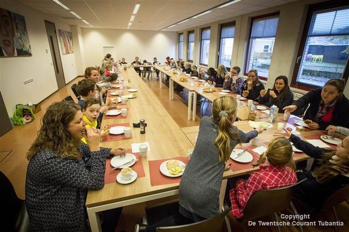 Leerlingen van groep 5 van De Maten ontbeten woensdagochtend in het stadhuis met wethouder Manouska Molema.
