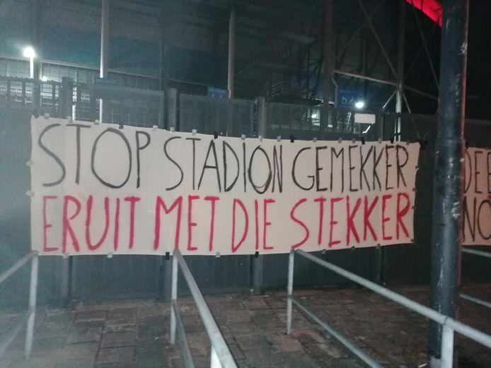 Supporters willen dat de stekker uit de plannen voor het nieuwe stadion gaat.