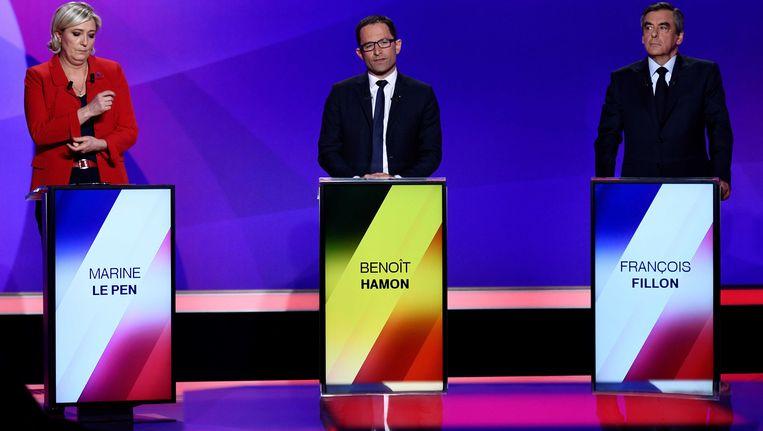 Marine Le Pen (links) tijdens het TV-debat van donderdagavond, met de socialistische kandidaat Benoît Hamon en de Republikeinse kandidaat Francois Fillon. Beeld reuters