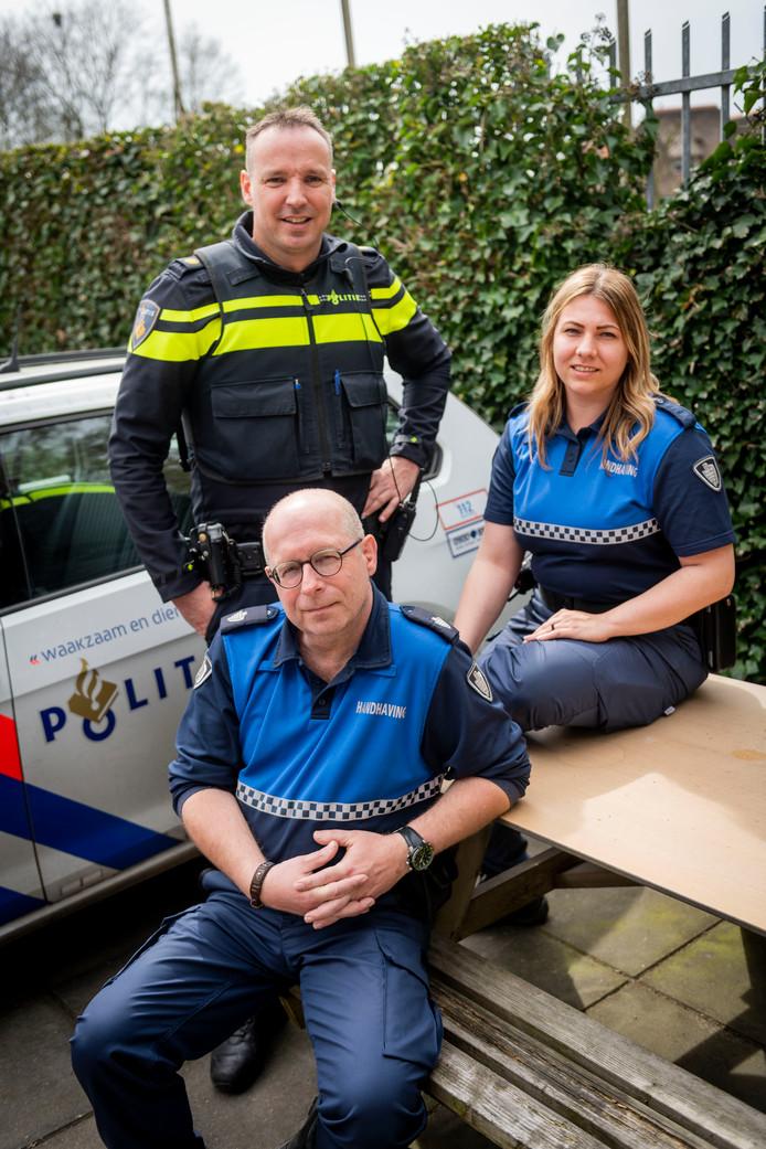 Wijkagent Arjan van de Groep en BOA's pakken jongerenoverlast in Neede aan.