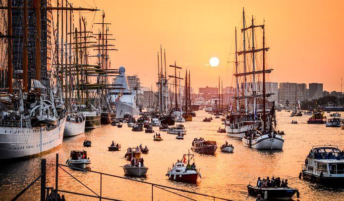 Tall ships en pleziervaart op het IJ tijdens zonsondergang aan het einde van de eerste dag van Sail Amsterdam 2015.