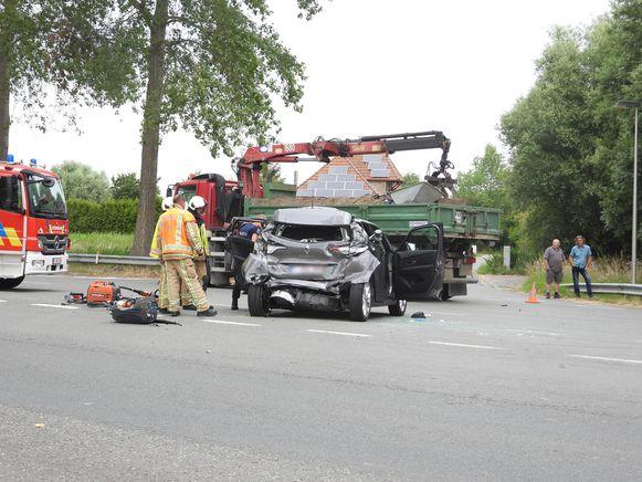 De wagen werd langs achteren aangereden door een vrachtwagen.