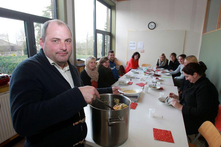 Directeur Joost Dendooven schept de zelfbereide hutsepot uit voor zijn leraars.
