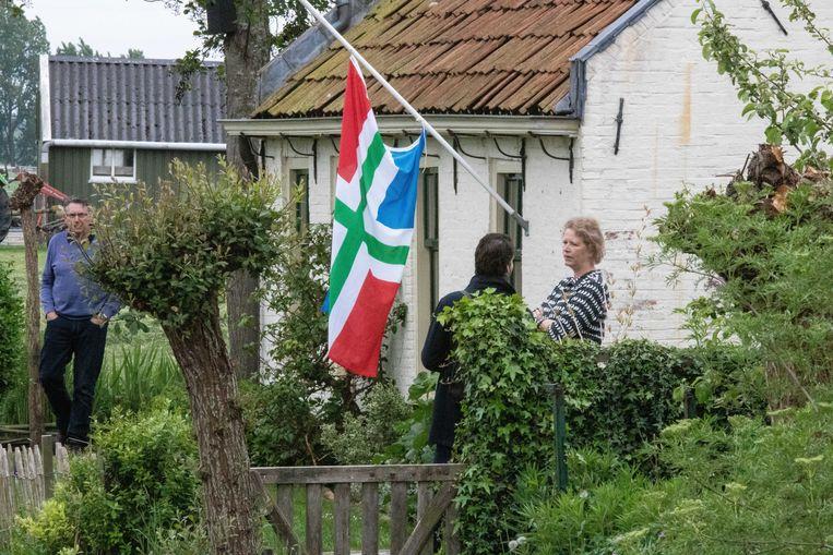 De Groninger vlag hangt halfstok in Westerwijtwerd, waar het epicentrum lag van een aardbeving met een kracht van 3.4. Beeld ANP