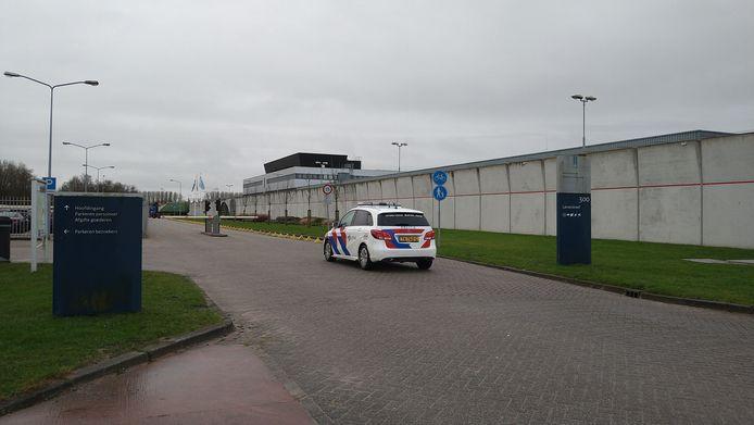 Politie is bij de Penitentiaire Inrichting aan Larserdreef in Lelystad.
