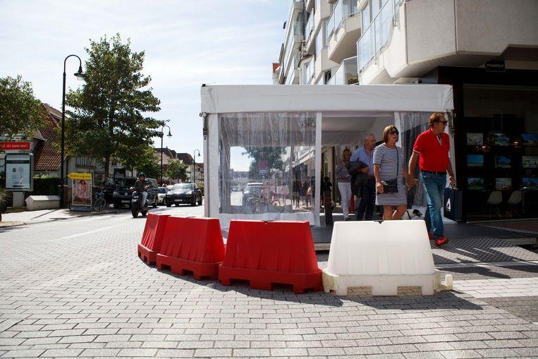 Rond een feesttent zijn al enkele beschermende blokken gezet. Ook op de toegangswegen naar de braderie komen er verscheidene blokkades.