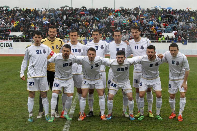 Het team van Kosovo kort voor de aftrap van de eerste officiële interland tegen Haïti. Beeld epa