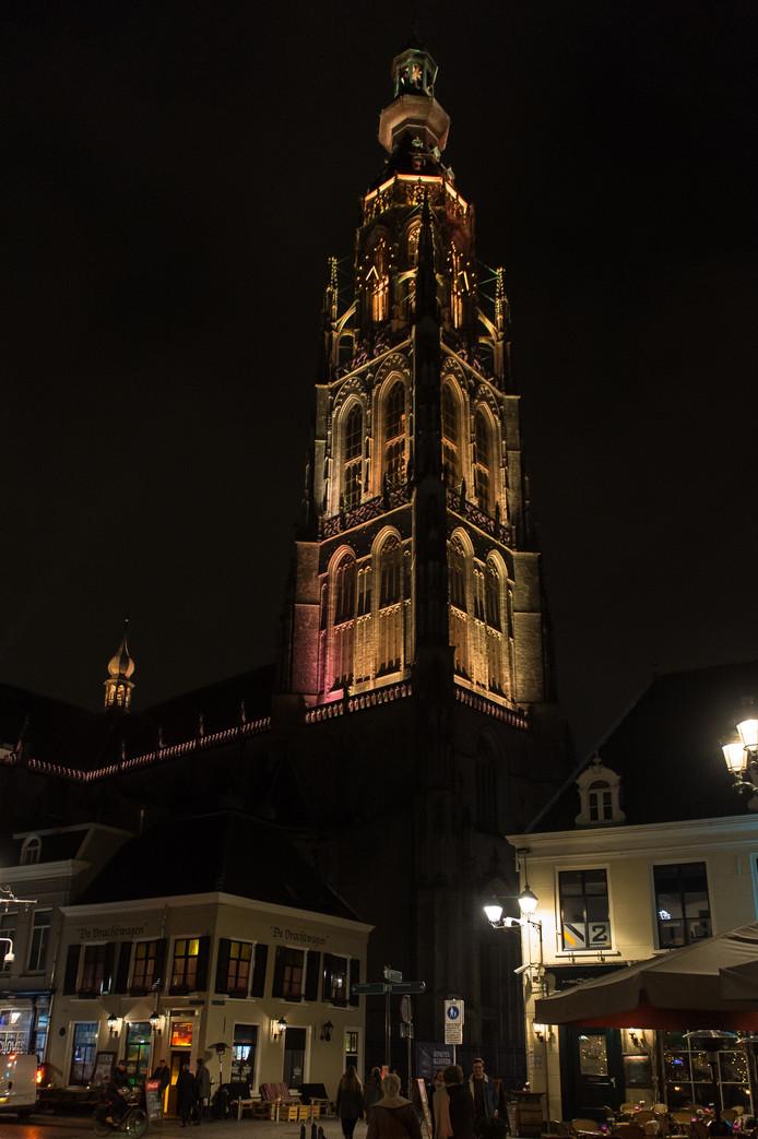 De Grote Kerk - hier gezien vanaf de Vismarktstraat/Havermarkt - kleurde goud nadat bekend was gemaakt dat Breda de titel Beste Binnenstad 2017-2019 had gewonnen.