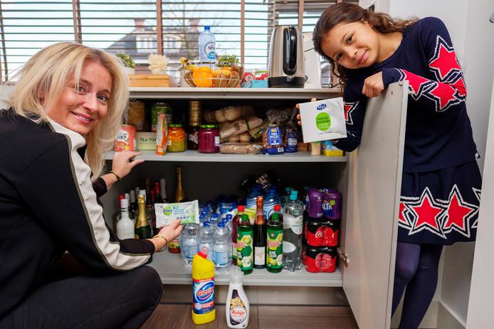 Marcella Singels heeft een flinke noodvoorraad aangelegd. Ze kocht extra pasta, water, frisdrank, wc-papier, vitaminepillen, mondmaskers en paracetamol.