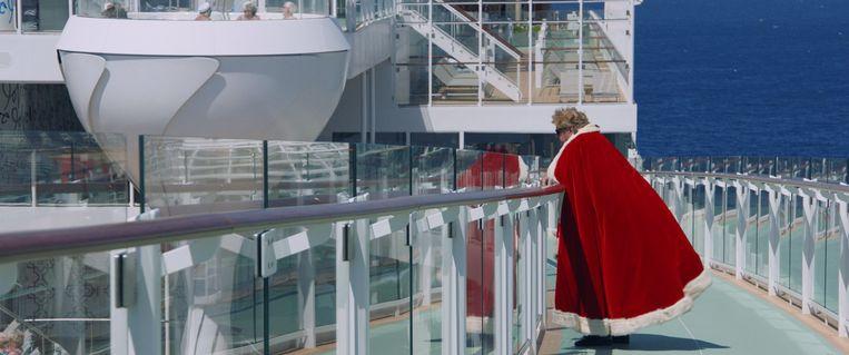Ronnie, met koningsmantel, op het dek van 'zijn' cruiseschip. Beeld