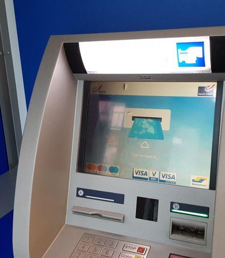 Coronaspuwer besmeurt klavier geldautomaat