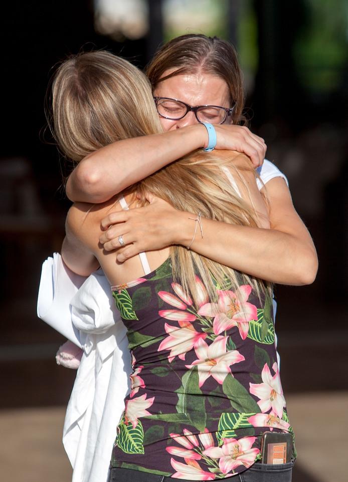 Gasten van het hotel vallen elkaar huilend in de armen.