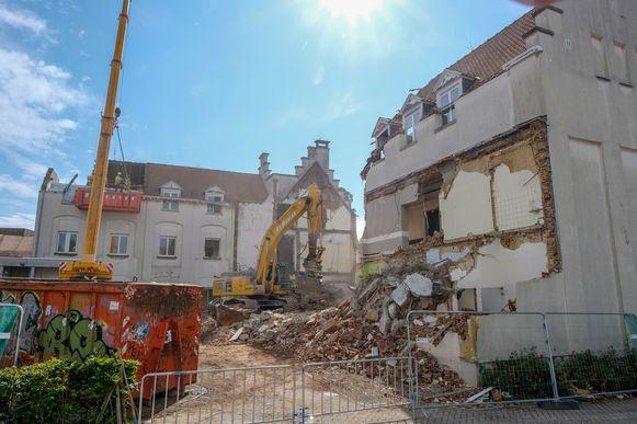 Daar gaat het oude gebouw van woonzorgcentrum Hof ten Doenberghe. Begin juli is het helemaal met de grond gelijkgemaakt.