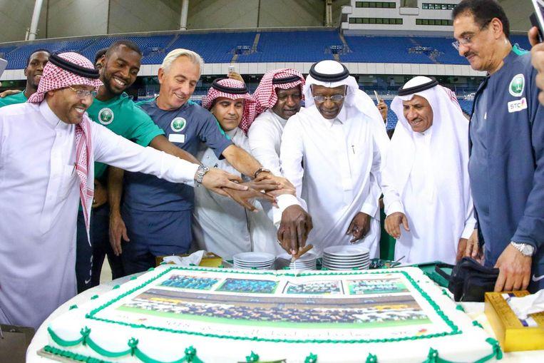 Bondscoach van Saoedi-Arabië Bert van Marwijk snijdt in Riyadh een taart aan met lokale voetbalbestuurders. Beeld