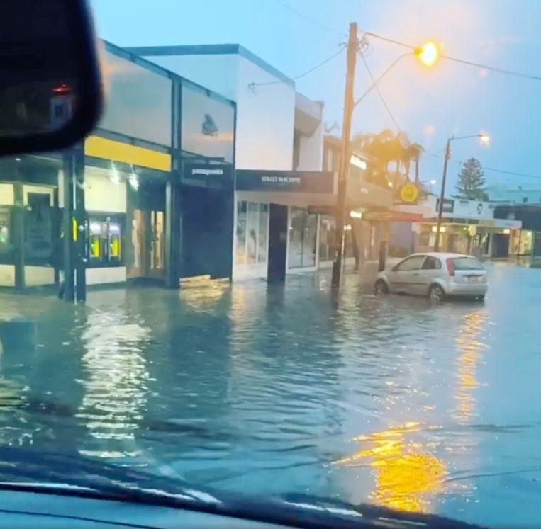Een overstroomde straat in Byron Bay.