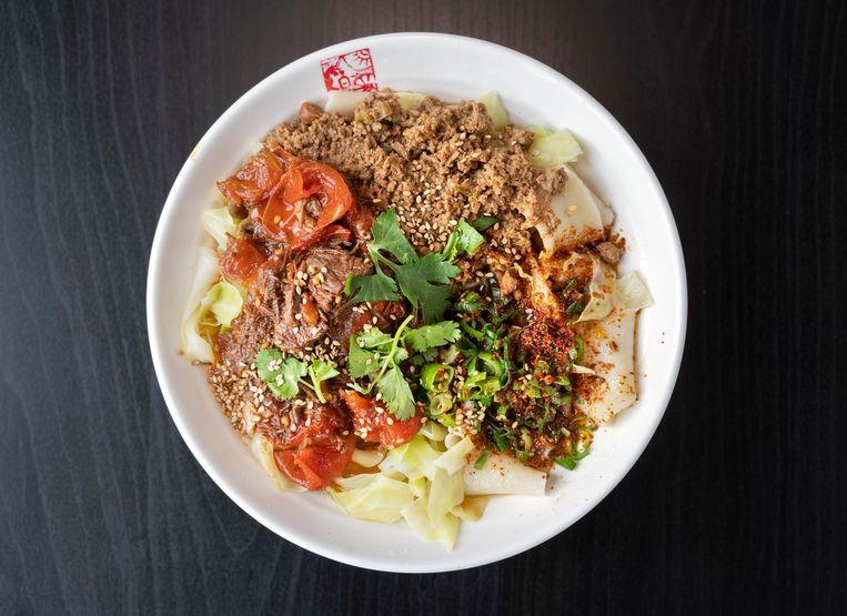 Mix Noodle met runder-tomatenstoof, varkensgehakt en chili-olie Beeld Els Zweerink