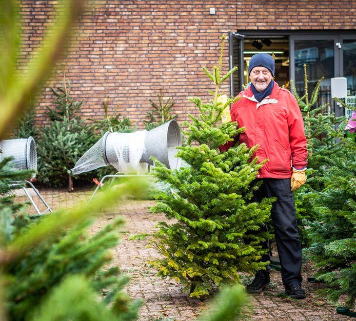 Ab Rovers hielp zijn schoonzoon met de verkoop van kerstbomen.