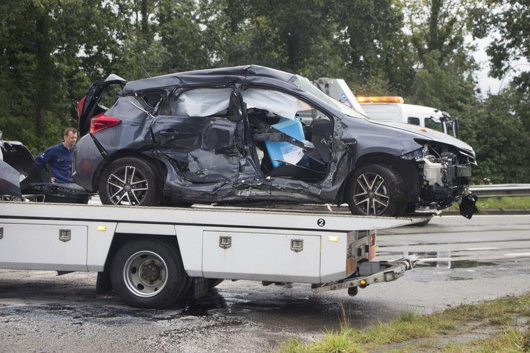 Het zwaar verhakkelde voertuig werd na de afronding van het onderzoek weggetakeld.