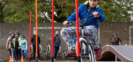 Kinderen van Arnhemse basisscholen testen  pumptrack met het oog op WK BMX