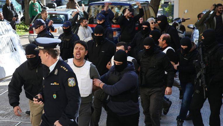 De Griekse politie arresteert negen leden van de DHKP-C in Athene op 28 november. Beeld epa