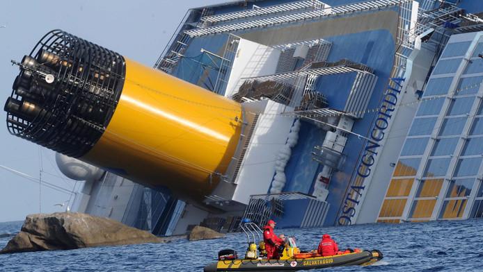 Reddingswerkers bij de Costa Concordia.