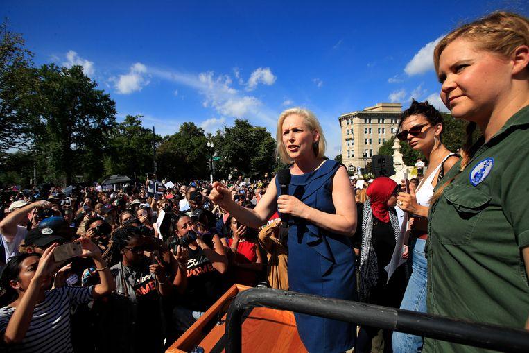 Democratische Senator Kirsten Gillibrand (links) met actrice en comédienne Amy Schumer (rechts) en actrice en model Emily Ratajkowski (midden) spreken de verzamelde menigte toe aan het Hooggerechtshof in Washington.