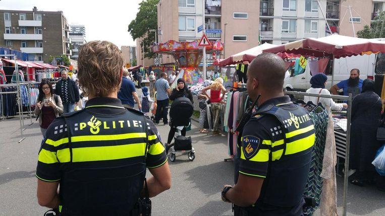 Wijkagenten op de braderie in Kanaleneiland. Beeld Politie Utrecht
