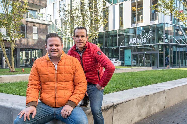 Yarmo Muller (koffiehuis Julien) en Timothy De Meulenaere (Proxy Delhaize) op het Muntplein, waar amokmakers onder invloed de rust verstoorden. Het probleem lijkt nu opgelost.