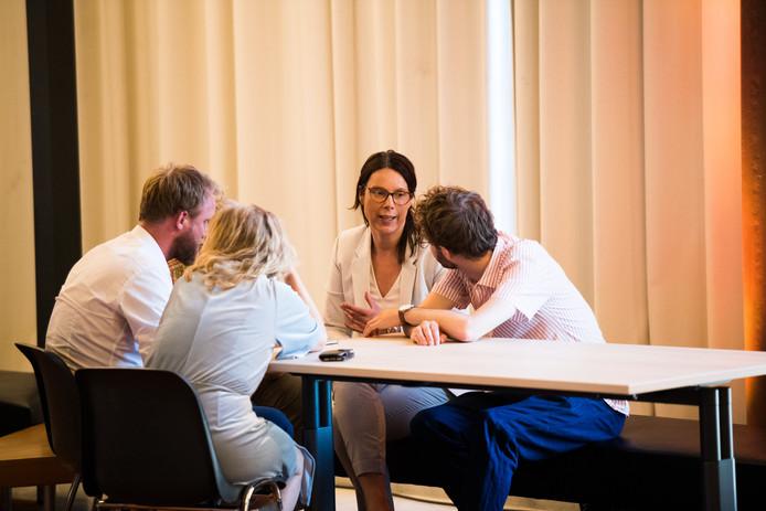 Ook fractievoorzitter Sabine Andeweg van D66 (tweede van rechts), die het met name bij GroenLinks had verbruid, heeft haar naam gezet onder de afspraken die de Arnhemse bestuurscoalitie in het kader van haar doorstart maakte.