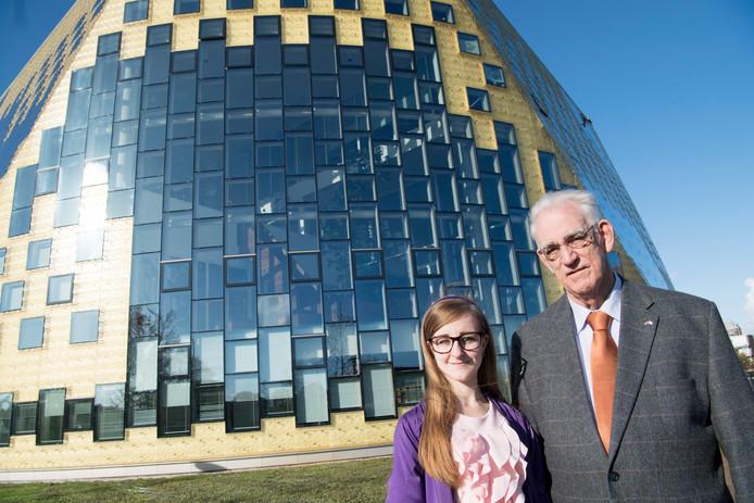 Gijs Schuurman en dochter Hanneke Schuurman (beiden actief voor 50Plus) voor het gemeentehuis van Hardenberg.