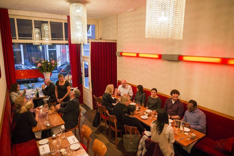 De tafels zijn eenvoudig maar onberispelijk gedekt in het knap ingerichte zaakje in de Govert Flinckstraat. Beeld Rink Hof