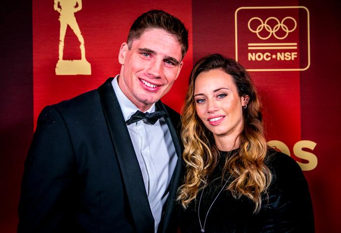 Kickbokser Rico Verhoeven en zijn partner Jacky Duchenne hebben na een relatie van 13 jaar besloten om uit elkaar te gaan.
