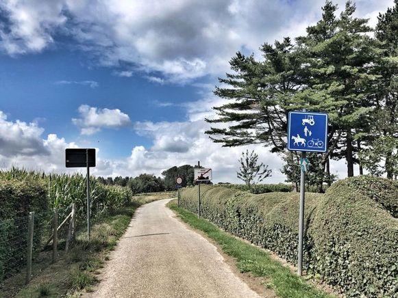 De wagen kwam uit deze landweg gereden, die enkel toegankelijk is voor landbouwvoertuigen.