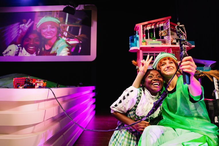 Kimberly Agyarko en Jessie Wilms als #gewoonheidi en P-P-P-Presenting Pippi in Heidi Pippi Sissi Ronnie Barbie van NTjong Beeld Bowie Verschuuren
