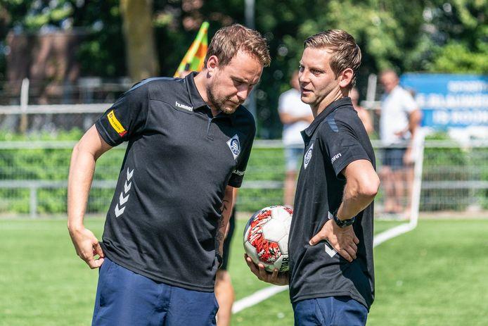 RKHVV-trainer Maik Angenent en zijn assistent Jillert Krikke blijven nog een seizoen bij RKHVV.