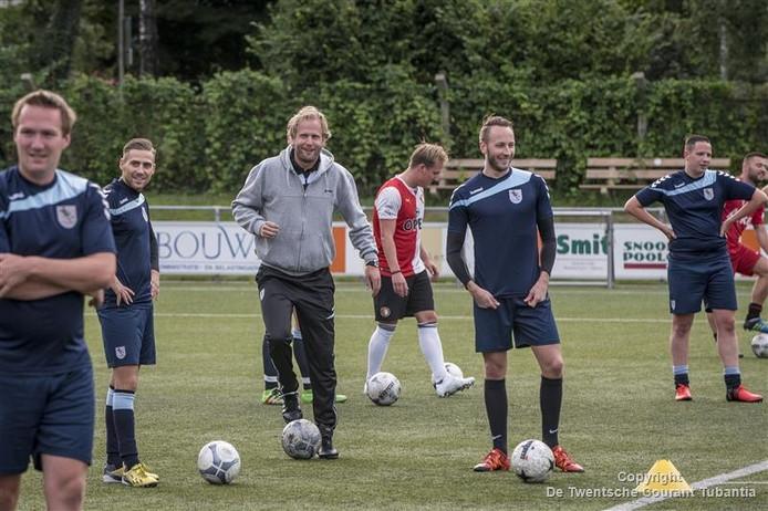 De ploeg van Niek Loohuis (grijs jack), trainer bij het naar de vierde klasse gepromoveerde KVV Losser, staat halverwege het eigen Regiotoernooi op een gedeelde eerste plaats.