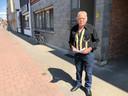 Jean Van Landeghem bij zijn voordeur waar om de haverklap ongewenste pizza's worden geleverd.