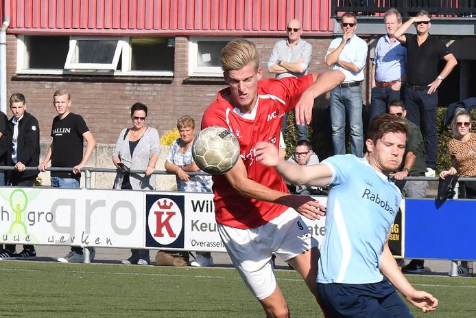 Spits Jordie van der Laan (links) van JVC Cuijk worstelt zich langs een tegenstander van Quick, eerder dit seizoen.