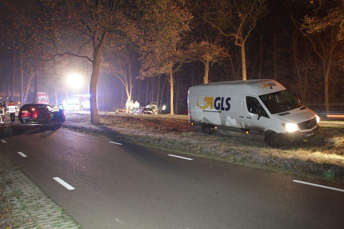 Bij het ongeluk waren een bedrijfsbus en twee auto's betrokken.