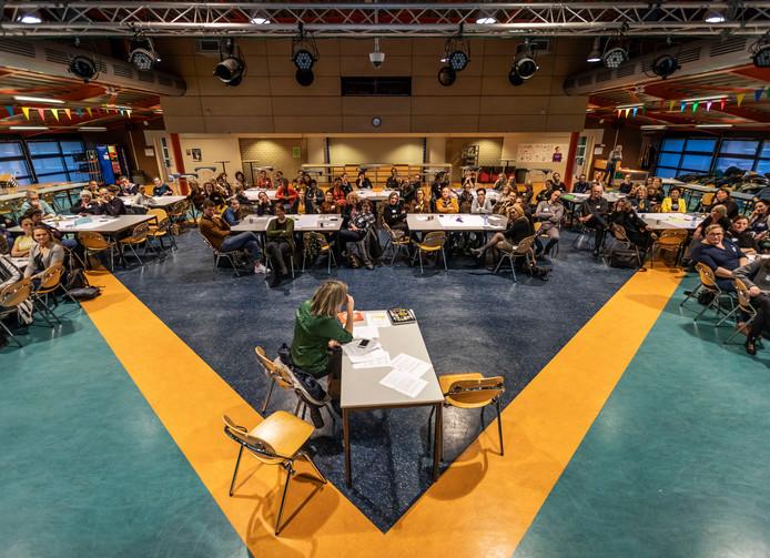 In het Varendonck College in Someren speelt Helder Theater over (v)echtscheidingen. Het is een onderdeel van een grote conferentie over kinderen en echtscheidingen.